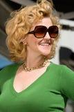佩带妇女的太阳镜 免版税库存图片