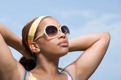 佩带妇女的太阳镜 免版税库存照片