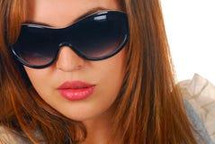 佩带妇女的有吸引力的西班牙太阳镜 免版税图库摄影