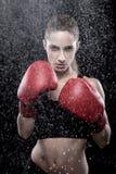 佩带妇女的美丽的拳击手套 免版税库存照片