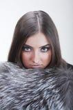 佩带妇女的美丽的毛皮 免版税库存照片