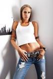佩带妇女的美丽的牛仔裤新 免版税图库摄影