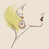 佩带妇女的美丽的耳环 库存图片