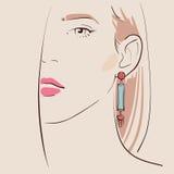 佩带妇女的美丽的耳环 免版税库存图片
