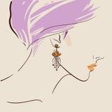 佩带妇女的美丽的耳环 免版税库存照片