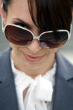 佩带妇女年轻人的接近的太阳镜 库存照片