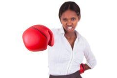 佩带妇女年轻人的黑色拳击手套 免版税库存图片