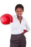 佩带妇女年轻人的黑色拳击手套 库存图片