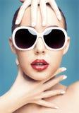 佩带妇女年轻人的太阳镜 免版税库存图片