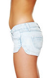 佩带妇女年轻人的斜纹布性感的短裤 免版税库存图片