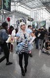 佩带妙境服装的妇女阿丽斯在NY可笑的骗局 库存照片