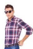 佩带年轻人的人太阳镜 免版税图库摄影