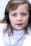 佩带年轻人的女孩耳机 库存照片