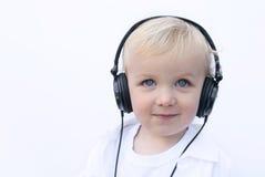 佩带年轻人的男孩愉快的耳机 免版税库存照片