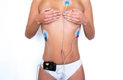 佩带心脏监护器的少妇 免版税库存图片