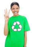 佩带愉快的模型回收显示三个手指的T恤杉 图库摄影