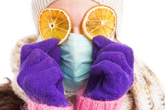 佩带手术口罩和橙色切片的病的妇女 库存照片