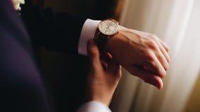 佩带手机械手表的一个人 ?? 股票视频