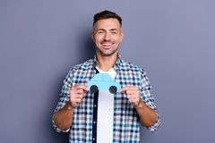 佩带手纸形式卡片的好可爱的确信的快乐的爽快有胡子的人画象被检查的衬衣藏品 免版税库存照片