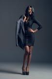 佩带时髦的衣橱的黑时装模特儿 免版税库存图片
