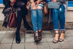 佩带时髦的鞋子和辅助部件的三名妇女户外 秀丽时尚概念 免版税库存图片