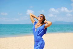 佩带时兴的蓝色分类的美丽的轻松的白肤金发的少妇 免版税图库摄影