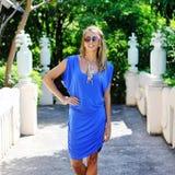 佩带时兴的蓝色分类的美丽的轻松的白肤金发的少妇 免版税库存图片