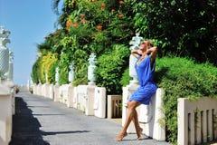 佩带时兴的蓝色分类的美丽的轻松的白肤金发的少妇 免版税库存照片