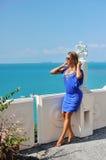佩带时兴的蓝色分类的美丽的轻松的白肤金发的少妇 库存照片