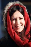 佩带有向后古老大厦的一名年轻美丽的妇女的画象一个敞篷早晨冷的冬天在希罗纳 免版税库存图片