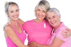佩带桃红色上面和丝带乳腺癌的妇女 免版税库存照片