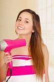 佩带桃红色毛巾的美丽的新鲜的女孩烘干她的头发 库存图片