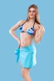 佩带桃红色游泳衣的性感的白肤金发的妇女摆在颜色背景 理想的机体 比基尼泳装编目 免版税库存图片