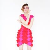 佩带桃红色礼服摆在的女性年轻模型 库存照片