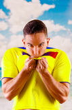 佩带正式马拉松橄榄球衬衣常设饰面照相机,非常允诺的肢体语言的年轻厄瓜多尔人 库存图片