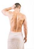 佩带毛巾的肌肉年轻人 免版税库存图片