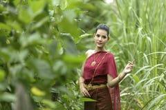 佩带泰国的典型的泰国礼服身分文化的妇女 免版税库存照片