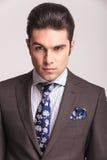 佩带灰色衣服和蓝色领带的商人 免版税图库摄影