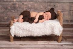 佩带熊帽子的新出生的男婴 库存照片