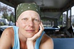 佩带班丹纳花绸的妇女战斗的乳腺癌的画象 库存照片