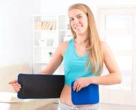 佩带的妇女减肥传送带 库存照片