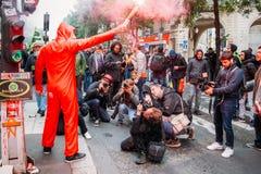 佩带盖伊・福克斯面具轻气体罐的抗议者表示他们的愤怒反对法国Macro总统` s政府,阿门 免版税图库摄影