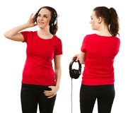 佩带空白的红色衬衣和耳机的妇女 免版税库存照片