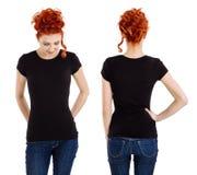 佩带空白的黑衬衫的硬前胸和后面的妇女 库存照片