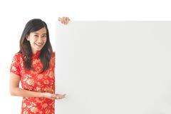 佩带繁体中文的亚裔妇女穿戴拿着空白的丝毫 免版税库存图片