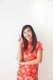 佩带繁体中文的亚裔妇女穿戴指向  免版税库存图片