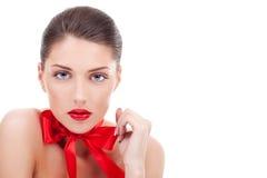 佩带红色丝带的性感的妇女 免版税库存照片