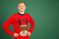 佩带红色圣诞节套头衫的白种人成年男性 库存图片