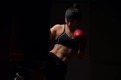 佩带红色手套和班丹纳花绸的拳击手女孩 免版税库存照片
