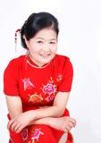 佩带红色cheongsam的中国妇女 免版税库存照片